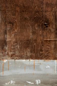 Superfície de madeira desgastada com pregos enferrujados