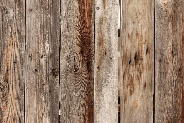 Superfície de madeira desgastada com pregos