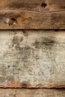 Superfície de madeira envelhecida com metal enferrujado