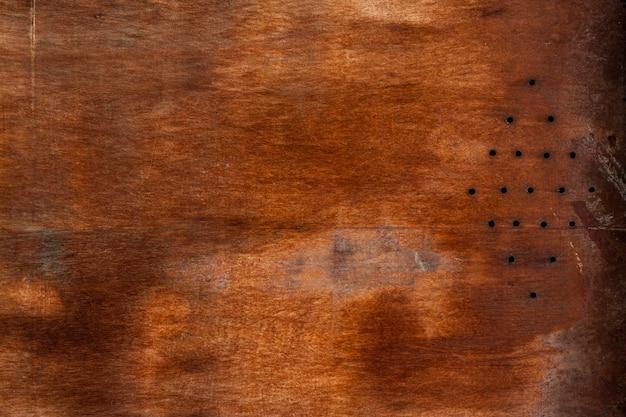Superfície de madeira envelhecida com orifícios