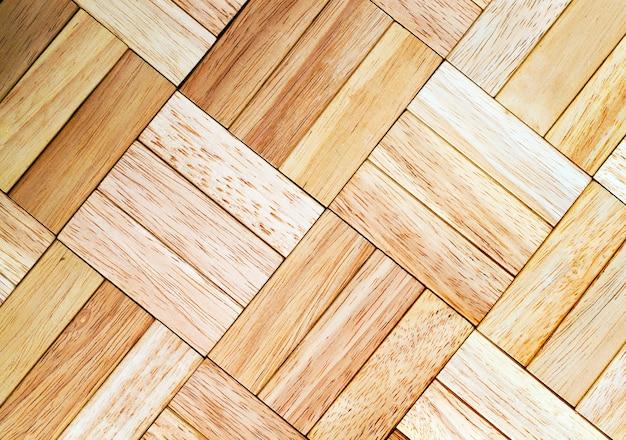 Superfície de madeira feita de cubos de tamanhos iguais, feitos de material de madeira