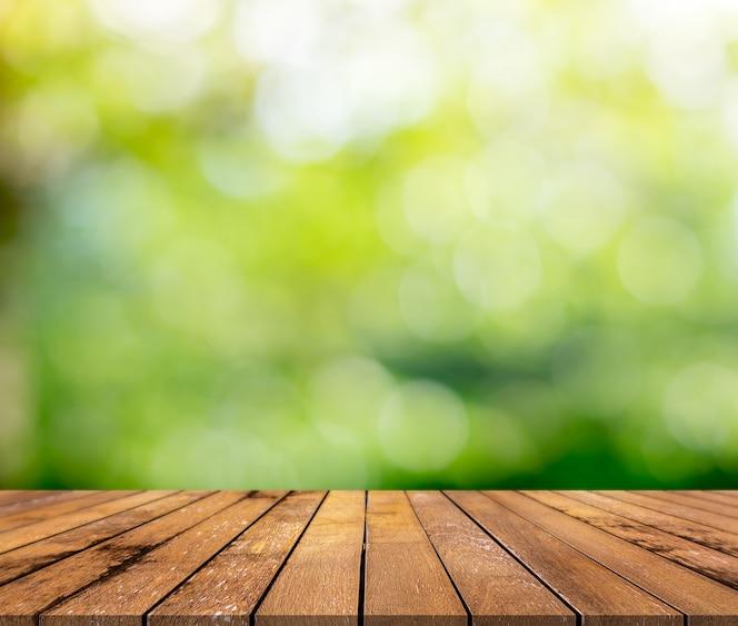 Superfície de madeira marrom com um fundo desfocado verde