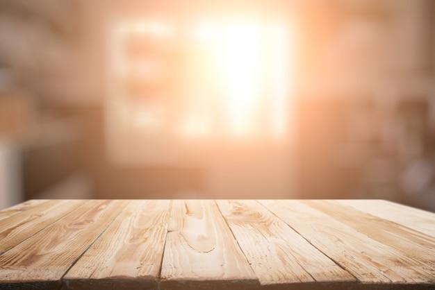 Superfície de madeira no fundo desfocado da janela do apartamento