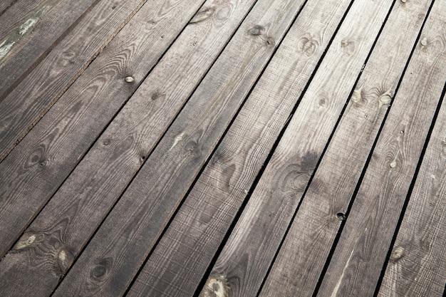 Superfície de madeira velha feita de várias tábuas, localizada ao ar livre