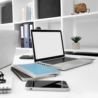Superfície de mesa com laptop e smartphone