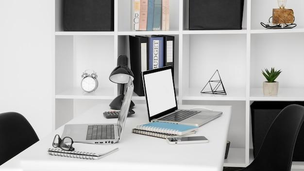 Superfície de mesa de escritório com dois laptops
