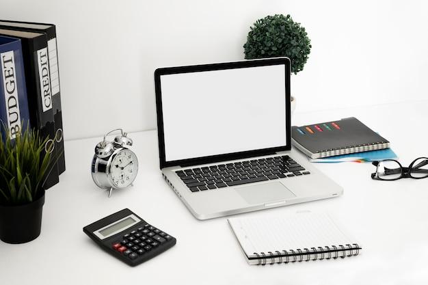 Superfície de mesa de escritório com laptop e notebook