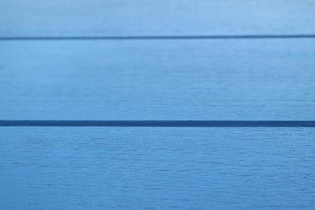 Superfície de mesa de madeira de cor azul vívido em close up