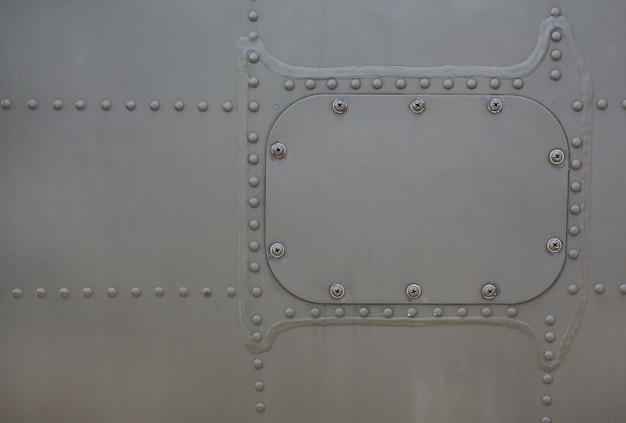 Superfície de metal do blindado militar com tampa.