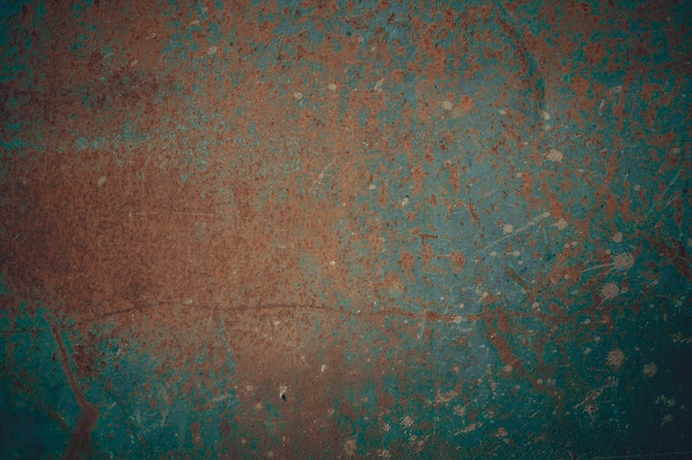 Superfície de metal enferrujada coberta com tinta rachada