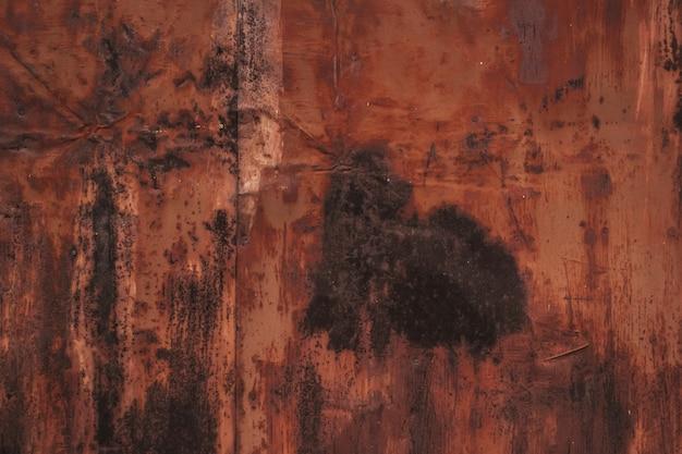 Superfície de metal enferrujada de fundo multicolorido com pintura marrom descascando e rachando com defeitos naturais ...