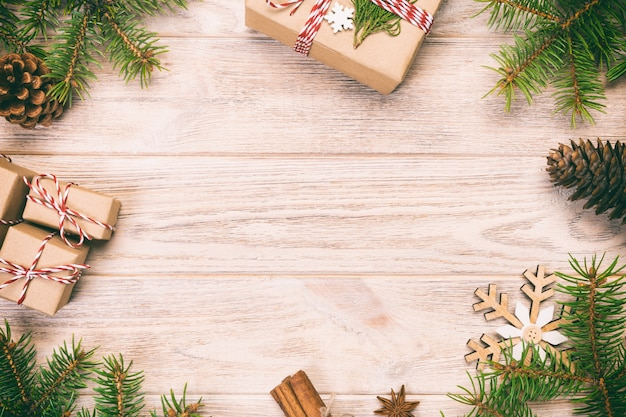 Superfície de natal com abeto e caixas de presente na mesa de madeira