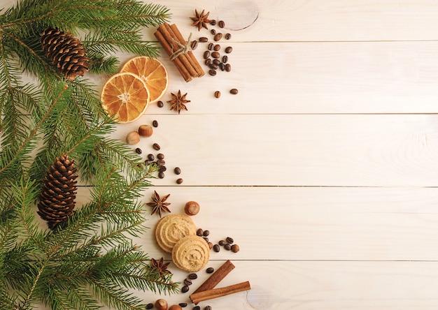 Superfície de natal com galhos de árvores de peles, cones, laranjas secas, grãos de café e anis estrelado