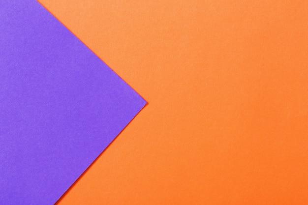 Superfície de papel laranja e violeta