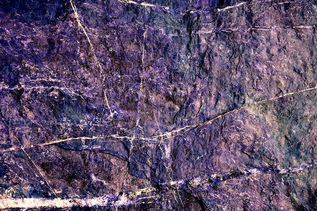 Superfície de pedra de granito duro duro roxo do fundo da caverna e linha de mármore