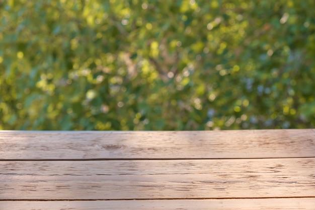 Superfície de prancha de madeira em fundo verde natural