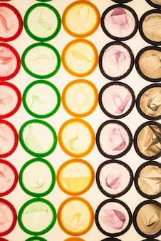 Superfície de preservativos coloridos