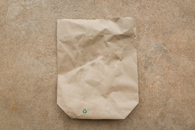 Superfície de reciclagem de saco de papel marrom reduza o conceito de desperdício ambiental zero, comprando com saco de papel