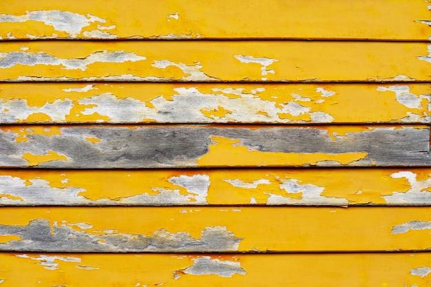 Superfície de textura de fundo de pedaços de madeira velha e abrasões de cor amarela por natureza