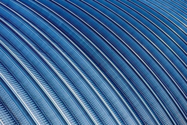 Superfície de um telhado de metal industrial. fundo abstrato.