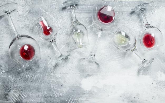 Superfície de vinho. copos de vinho tinto e branco. sobre uma superfície rústica.