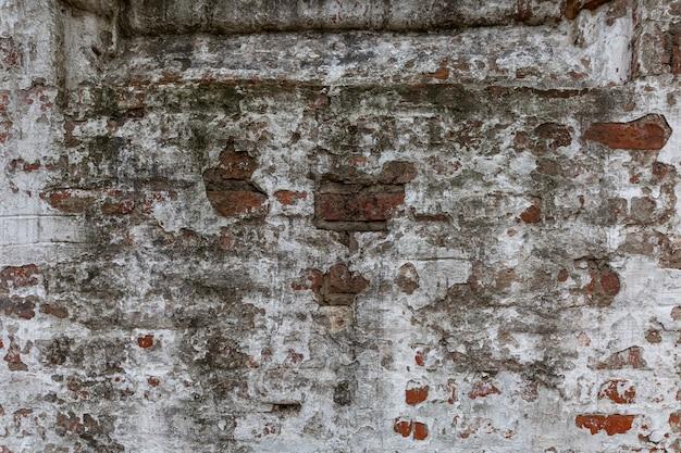 Superfície destruída de uma parede de tijolos brancos. fundo. espaço para texto.