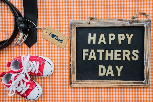 Superfície do dia do pai com ardósia, cinto e sapatos