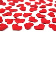 Superfície do dia dos namorados corações vermelhos brilhantes isolados na superfície branca conceito do dia dos namorados cartão dos namorados com corações vermelhos padrão dos namorados copie o espaço para o seu texto