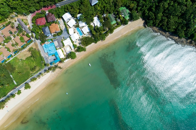 Superfície do mar bonito, com beira-mar e imagem villa moderna por vista aérea drone