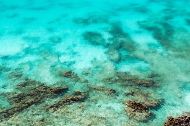 Superfície do mar com rocha aérea