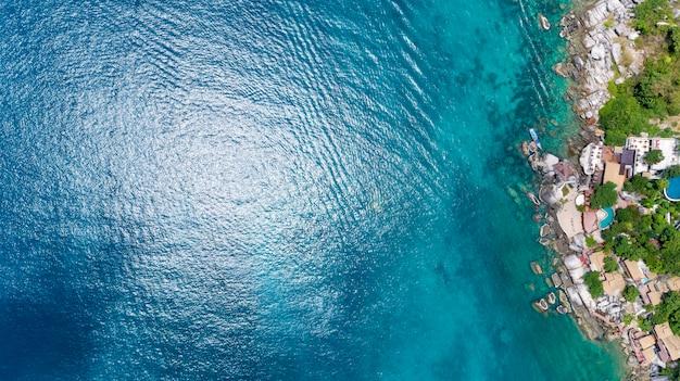 Superfície do mar de água bonita com vista de zangão litoral top down