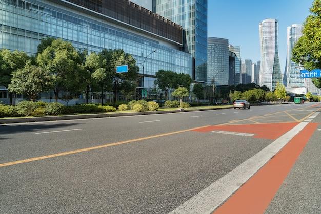 Superfície do piso de estrada vazia com edifícios de referência moderna cidade de hangzhou bund skyline, zhejiang, china