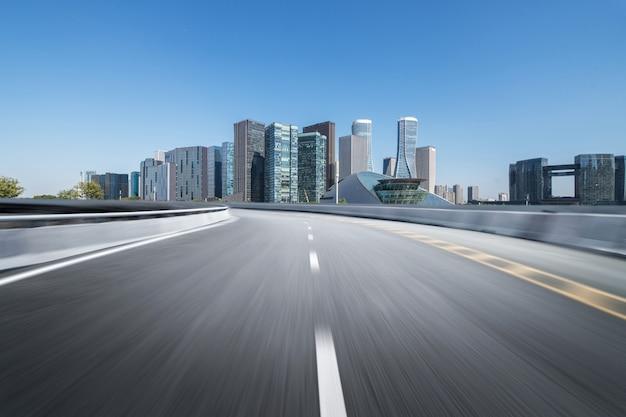 Superfície do piso de estrada vazia com edifícios de referência moderna cidade