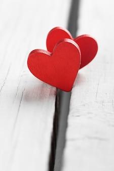 Superfície dos namorados com corações artesanais em madeira rústica.