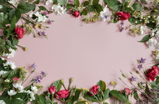 Superfície floral com flores naturais frescas nas bordas copie o espaço