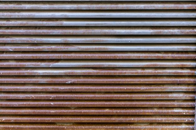 Superfície metálica enferrujada com linhas