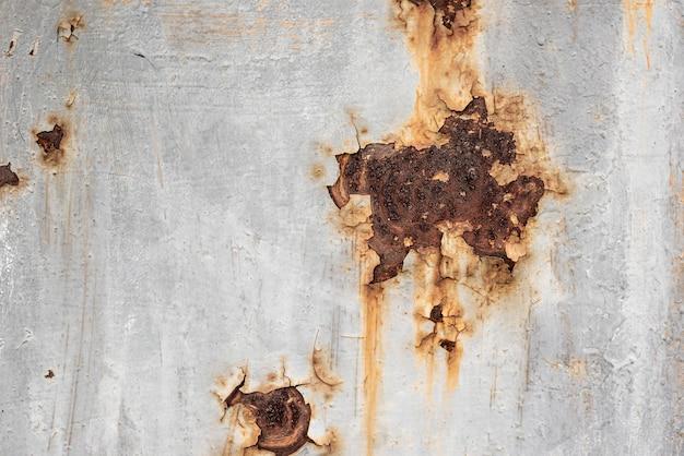Superfície metálica enferrujada com pintura descascada