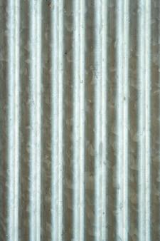 Superfície ondulada de zinco que não remove impurezas. superfície real do zinco usado.
