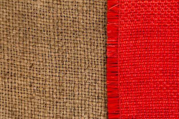 Superfície têxtil marrom e vermelha escura