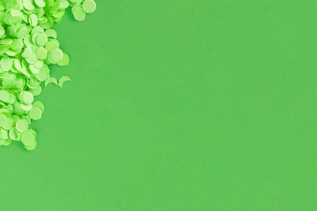 Superfície verde com confeiteiros de papel