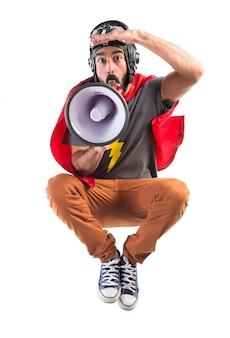 Superhero gritando por megafone