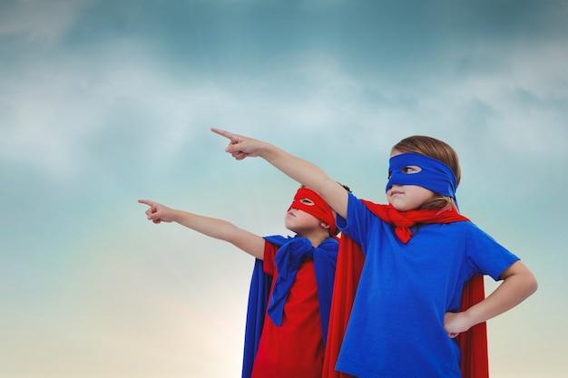 Superheroes apontando com o dedo indicador