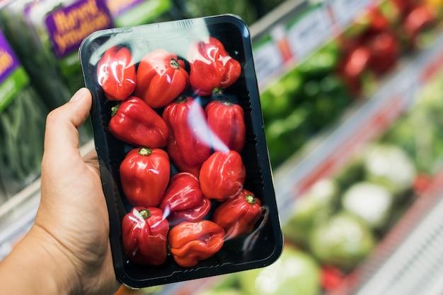 Supermercado de mão de ingrediente fechar o mercado de compras