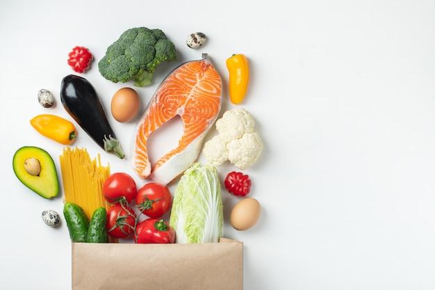 Supermercado. saco de papel cheio de comida saudável.