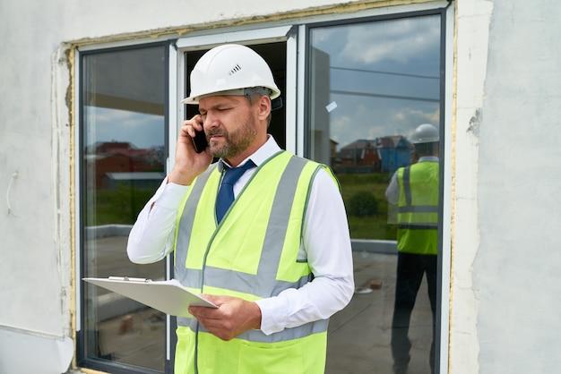 Supervisor de construção falando por telefone