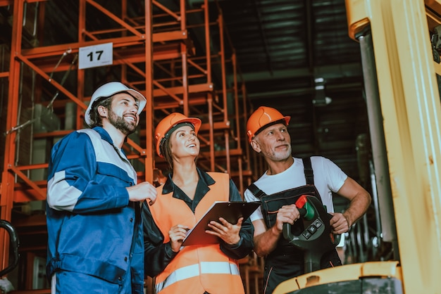 Supervisor e caixas de verificação dos trabalhadores do armazém