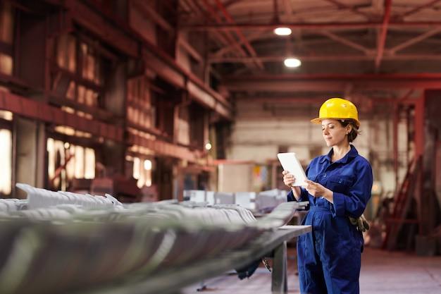 Supervisor feminino na fábrica