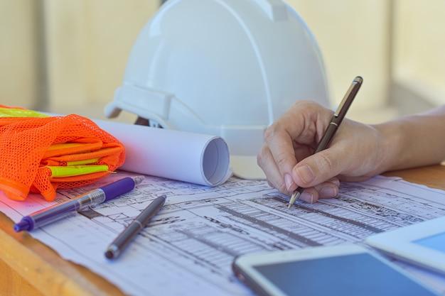 Supervisor, segurando a caneta escrevendo no documento em papel, trabalhando, close-up mão escrever papelada