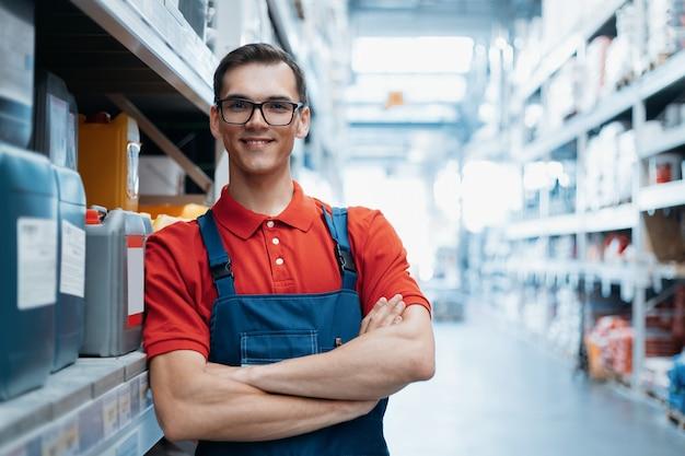 Supervisor sorridente na área de vendas de uma loja de ferragens