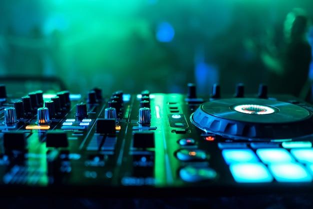 Supervisores e reguladores misturador de música dj para tocar música